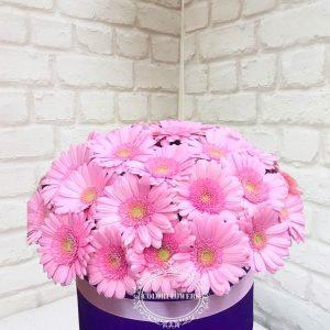 Шляпная коробка с розовой герберой