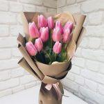 11 тюльпанов розовых в крафте